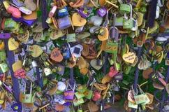 La llave del amor de la cerradura del deseo ata junta la eternidad hasta dado imagen de archivo libre de regalías