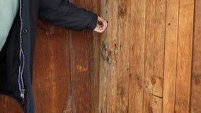 La llave giratoria de Ьan en cerradura y abre la puerta vieja metrajes