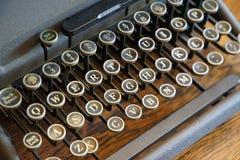 La llave a la máquina de escribir vieja Imágenes de archivo libres de regalías