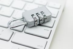 La llave principal codifica, coloca en el teclado Uso de la imagen para la seguridad de usar Internet por el ordenador, concepto  Imagen de archivo libre de regalías