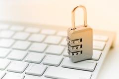 La llave principal codifica, coloca en el teclado Uso de la imagen para la seguridad de usar Internet por el ordenador, concepto  Fotografía de archivo libre de regalías