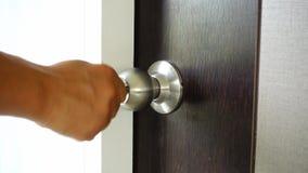 La llave se inserta en el ojo de la cerradura de la puerta metrajes