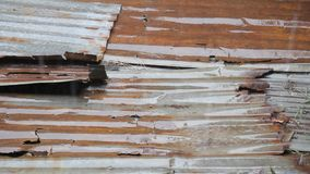 La lluvia cae el goteo al hierro acanalado oxidado metrajes