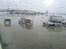 La lluvia cae la ventana Imagenes de archivo