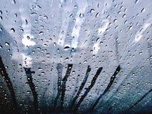 La lluvia cae la ventana del flujo imágenes de archivo libres de regalías