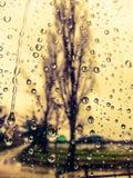 La lluvia coloreada cae el fondo Fotos de archivo libres de regalías
