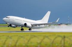 La lluvia del despegue del vuelo del aeropuerto del aeroplano salpica fotografía de archivo libre de regalías