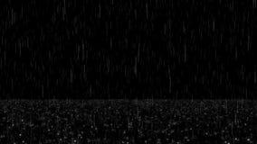 La lluvia el caer con salpica y las luces del bokeh colocan la capa almacen de metraje de vídeo