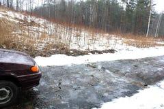La lluvia en invierno en el camino de los coches Imágenes de archivo libres de regalías