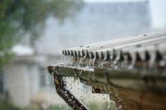 La lluvia fluye abajo de un tejado abajo Imagen de archivo