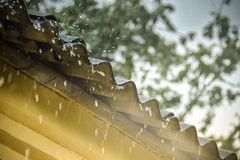 La lluvia fluye abajo de un tejado abajo Imagen de archivo libre de regalías
