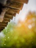 La lluvia fluye abajo de un tejado abajo Fotos de archivo libres de regalías