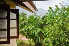 La lluvia gotea abajo del tejado foto de archivo