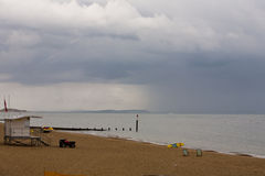 La lluvia inminente despeja la playa en Bournemouth Fotografía de archivo