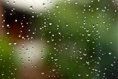 La lluvia oscura cae el fondo Foto de archivo