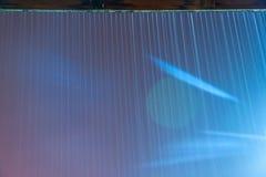 La lluvia tempestuosa cae caer abajo en el pórtico durante tormenta de la noche de verano Imagenes de archivo