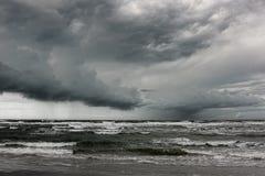 La lluvia tempestuosa se está acercando. Foto de archivo