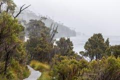 La lluvia vierte abajo en el paseo marítimo del circuito del lago dove Foto de archivo