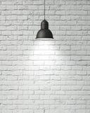 La lámpara blanca colgante con la sombra en blanco del vintage pintó la pared de ladrillo, fondo Imagenes de archivo