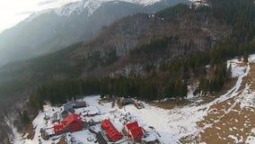 La località di soggiorno di montagna sorvola video d archivio