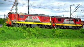 La locomotiva è sulla ferrovia stock footage