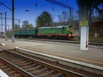 La locomotiva con le automobili guida sulle strade ferrate HDR immagine stock libera da diritti