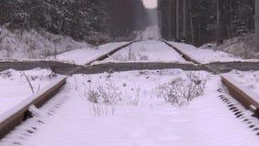 La locomotiva ferroviaria si precipita a massima velocita stock footage