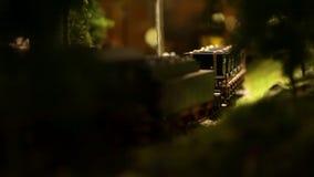 La locomotive à vapeur avec le jouet de voitures entre dans le monde d'enfant clips vidéos