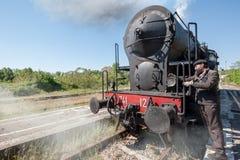 La locomotive à vapeur s'arrête sur les voies, dans la campagne photographie stock