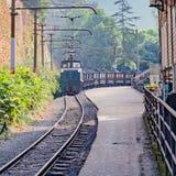La locomotive à voie étroite avec le train de fret se déplace de Yuejin à Shixi photo libre de droits