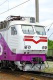 La locomotive électrique de couleur blanche se tient sur des rails Images libres de droits