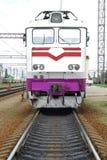 La locomotive électrique de couleur blanche se tient sur des rails Photos stock