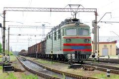 La locomotive électrique de couleur verte tire des voitures de fret Photos libres de droits