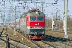 La locomotive électrique en deux parties tchèque de ChS7-233 avec la fin du train de voyageurs  Photo stock