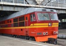 La locomotive de la série TEP70-0391 coûte au désert plat Images libres de droits