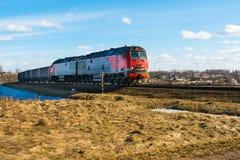 La locomotive et beaucoup de voitures de fret voyagent par chemin de fer, train de fret sur des rails dans la steppe images stock