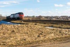 La locomotive et beaucoup de voitures de fret voyagent par chemin de fer, train de fret sur des rails dans la steppe photos libres de droits