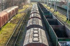La locomotora arrastra los coches de carga Fotografía de archivo