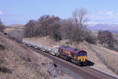 Tren de carga en el Settle del túnel de Birkett a Carlisle Imagenes de archivo