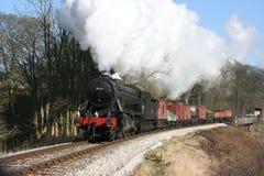 La locomotora de vapor del departamento de guerra número 90733 se acerca a Mytholme Foto de archivo