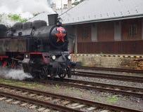La locomotora de vapor llega foto de archivo libre de regalías