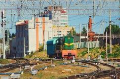 La locomotora vieja, tren del rzd monta en los carriles Infraestructura de transporte del ruso fotos de archivo