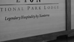 La loge de parc national de Xanterra signent dedans noir et blanc photographie stock libre de droits