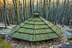La loge du bûcheron dans la forêt carpathienne photographie stock libre de droits