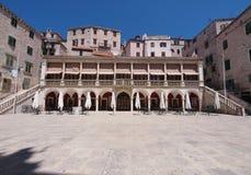 La logia y el palacio en Sibenik Foto de archivo libre de regalías