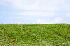 La loma herbosa Imagen de archivo libre de regalías