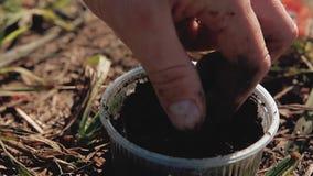 La lombriz de tierra del cebo está en el tarro, el pescador toma el cebo almacen de video