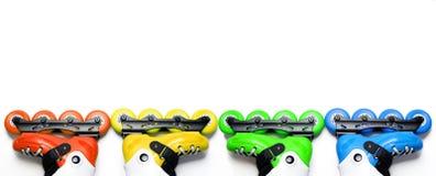 La longue bannière a coloré des patins de rouleau sur le fond blanc d'isolement Images stock