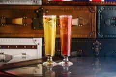 La longue boisson de cocktails classiques avec l'orange et la cerise a servi sur une barre image libre de droits