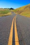 La longue et venteuse route Photos libres de droits